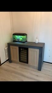 Photo de galerie - Fabrication et pose d'un meuble en chêne et carreaux d'ardoise avec cave à vin encastré