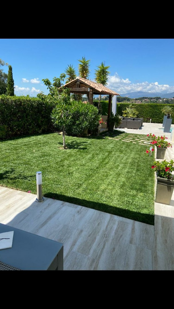 Photo réalisation - Rouleau à gazon - Alexandre - Nice (Plateaux Fleuris) : Pose plaquage gazon aménagement création de jardin