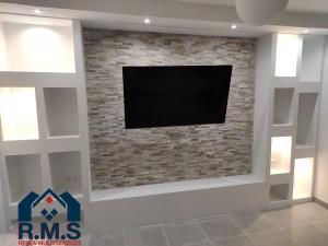 Photo de galerie - Meuble TV en placo décoratif avec niches de rangement sur mesure.